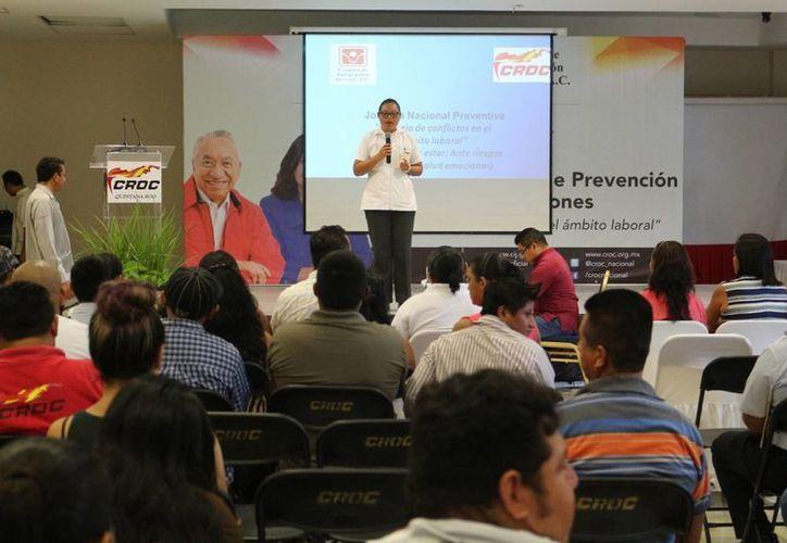 Para prevenir el aumento de las adicciones  en trabajadores de la Riviera Maya, la CROC y el CIJ iniciaron una campaña de concientización. (Adrián Barreto/SIPSE)