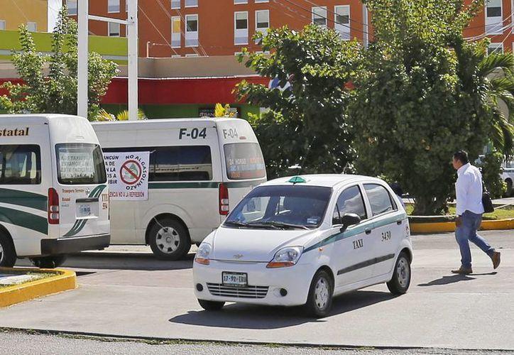 Los operadores de taxista son afectados por el incremento a la gasolina. (Jesús Tijerina/SIPSE)