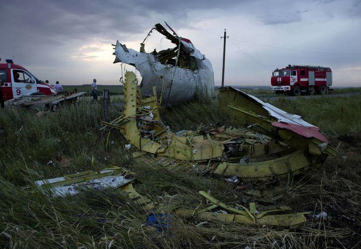 El avión Boeing 777 que volaba sobre Ucrania, el 17 de julio del año pasado, fue derribado y causó la muerte de las 298 personas que se encontraban a bordo. Expertos en armas rusas culpan a los ucranianos del ataque. (Foto: AP)