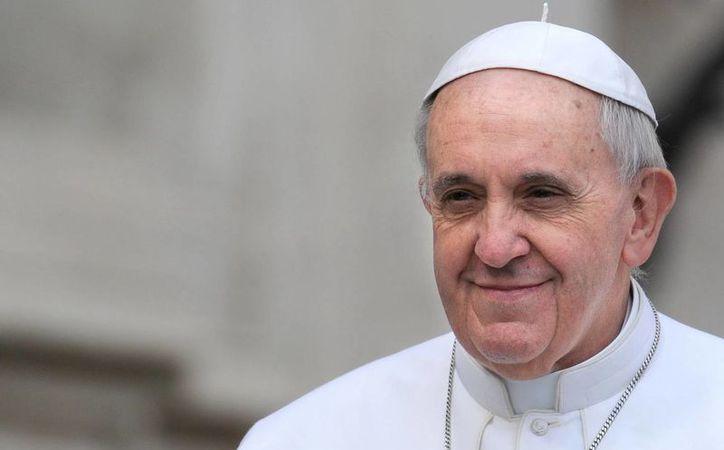 El papa Francisco sonríe a su llegada a la Plaza de San Pedro del Vaticano. (Archivo/EFE)