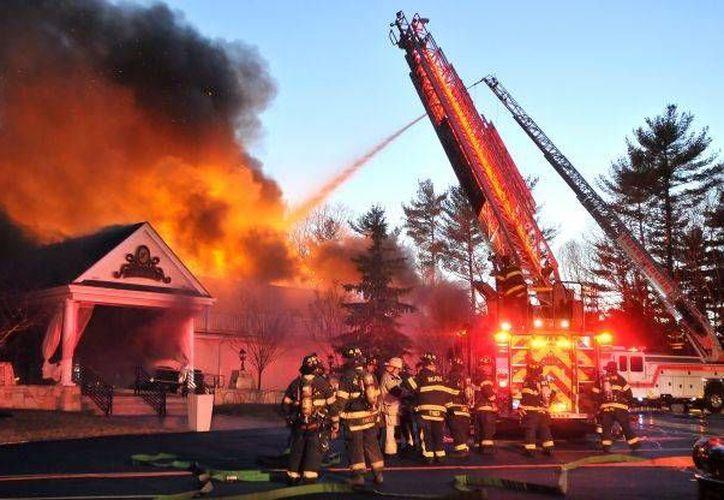 Bomberos combaten el incendio del histórico Lakeview Pavilion, a las afueras de Boston. (ctpost.com)