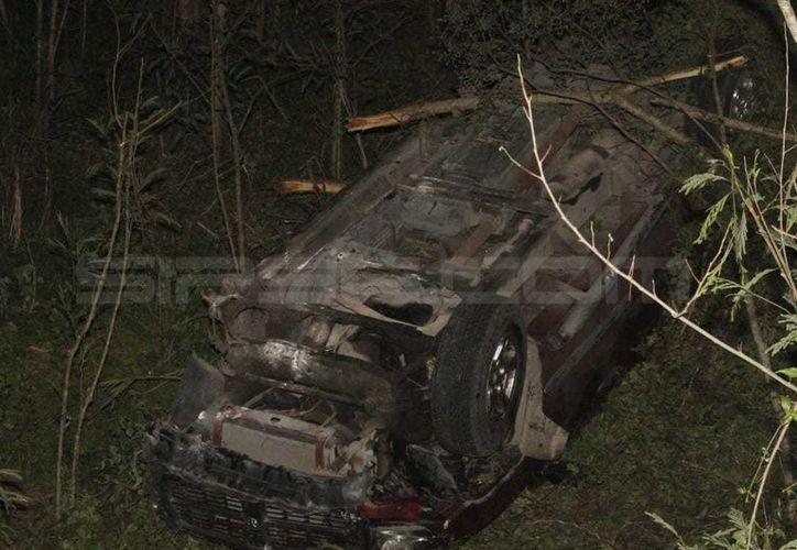 Una camioneta guiada por una mujer cayó a una hondonada de 5 metros.  (Carlos Navarrete/SIPSE)