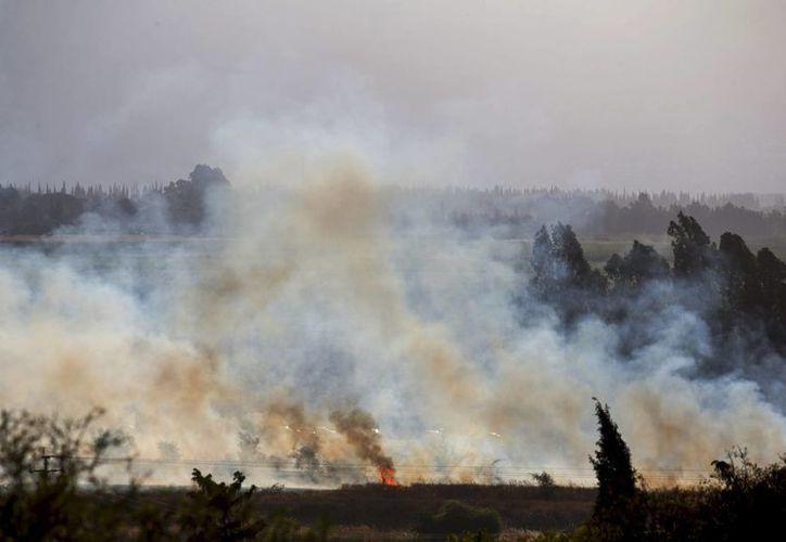 Vista de un incendio causado por varios misiles lanzados desde Siria en Kfar Sold, en el norte de Israel, hoy 20 de agosto de 2015. (EFE)