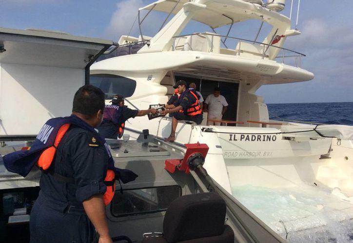 """Elementos de la Marina brindaron apoyo a la embarcación de nombre """"Il Padrino"""". (Redacción/SIPSE)"""