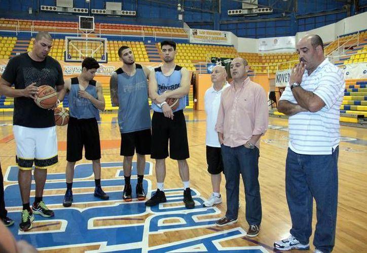 El nuevo entrenador se reunió con los jugadores, a quienes presumió conocer de cierta forma. (Redacción/SIPSE)