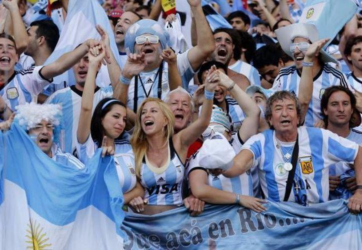 La policía brasileña regulará la entrada de argentinos al estadio Mané Garrincha, para prevenir la entrada de barras. (Sipse)