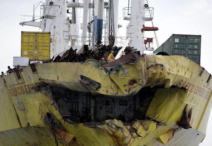 Así quedó el buque de carga tras chocar con el ferry, donde iban 629 pasajeros que son los únicos que hasta ahora lograron sobrevivir. (Agencias)