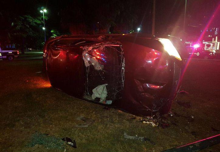 El vehículo primero se impactó contra la banqueta. (Redacción/SIPSE)