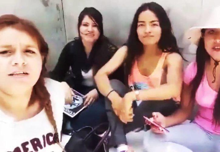 'Yeah, venceremos. Mil cadenas hay que romper. Venceremos. La miseria sabemos vencer', es parte de la letra de la canción de las maestras de la CNTE en Michoacán. (Captura de pantalla/YouTube)