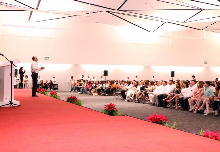"""Vidal Schmill Herrera impartió la conferencia magistral """"Enseñamos valores o a valorar"""", durante la jornada inaugural del VI Congreso Internacional de Familia. (José Acosta/SIPSE)"""