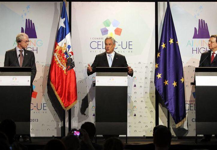 El presidente de Chile, Sebastián Piñera (c), y autoridades de la UE en rueda de prensa al final de la primera Cumbre del Celac-UE. (EFE)