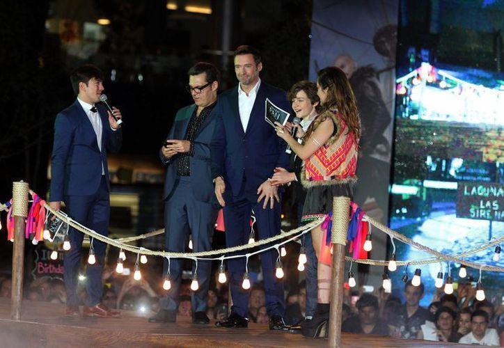 El actor australiano Hugh Jackman (c) estuvo con fans en México para la promoción de la nueva versión fílmica de Peter Pan. (Notimex)