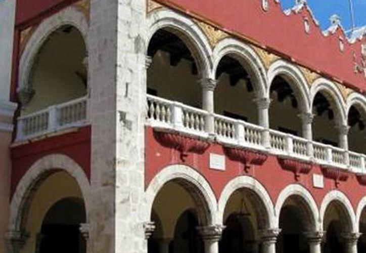 A.J.G.P. rompió el cristal de las oficinas de Asuntos Jurídicos de la Dirección de Gobernación del Ayuntamiento, en el centro de Mérida. (Milenio Novedades)