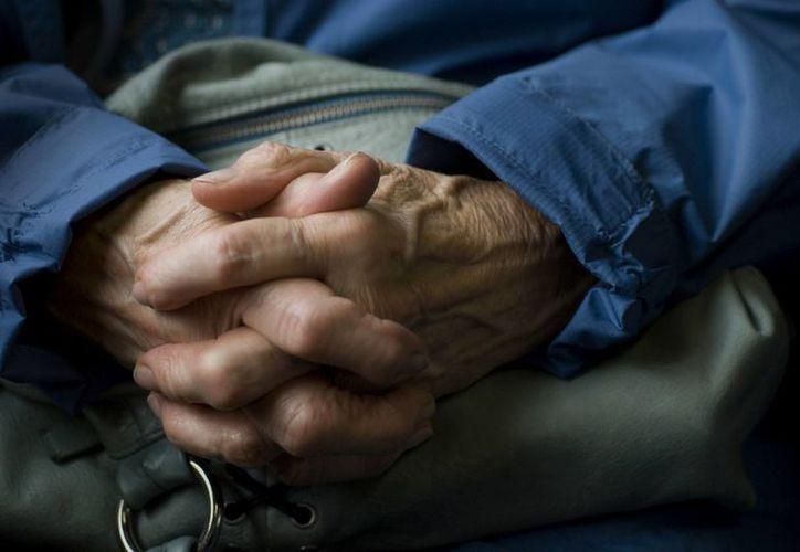 Especialistas aseguran que cuando las personas llegan a los 85 o más años, tienen 50 por ciento de posibilidad de desarrollar demencia de tipo Alzheimer. (Agencias/AP)