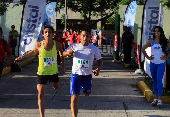 Ajustado cierre de los corredores en la Carrera Atlética del Conalep. (Mauricio Palos/SIPSE)