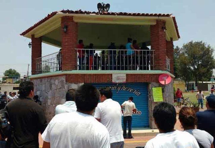 La furia se hizo presente en Edomex donde un supuesto secuestrador muere linchado en la plaza de un pueblo. (Imágenes/ unotv.com)