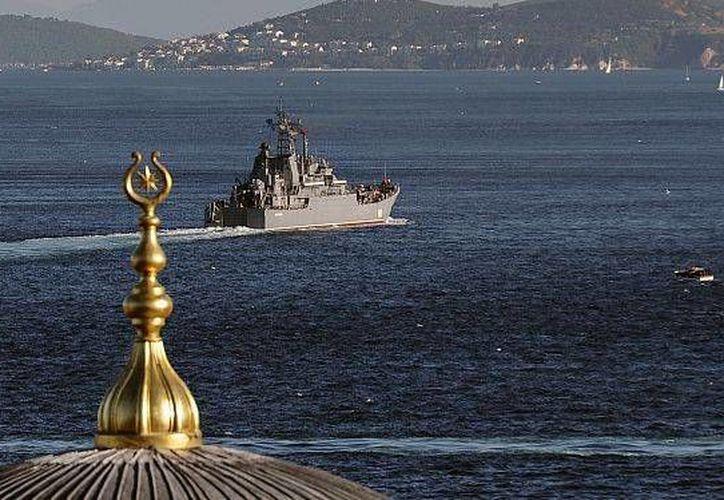Nave rusa atravesando el Bósforo en ruta hacia el mar cerca a Siria. (Agencias)