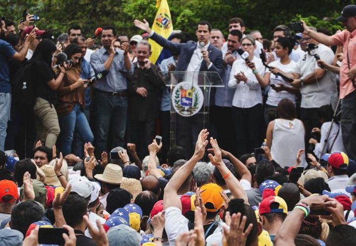 El líder opositor dijo que ha estado en contacto con integrantes de la Fuerza Armada Nacional de Venezuela para lograr el cese de la usurpación. (Foto: Twitter/@jguaido)