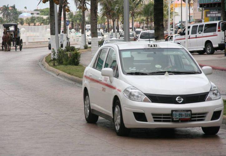 El Sindicado de Taxistas de la isla, asegura sus tarifas se mantendrán durante la temporada de vacaciones.  (Irving Canul/SIPSE)