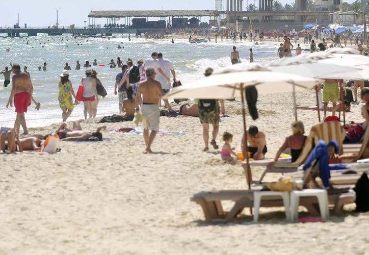 Las playas estuvieron concurridas por familias que aprovecharon que no hubo clases y que algunos no laboraron. (Redacción/SIPSE)