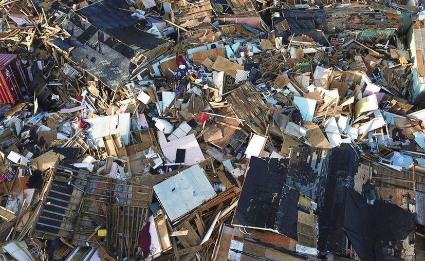 Esta fotografía muestra lo que quedó de unas viviendas una semana después del paso del huracán Dorian en las Islas Ábaco, en las Bahamas, el lunes 9 de septiembre de 2019. (AP Foto/Fernando Llano)