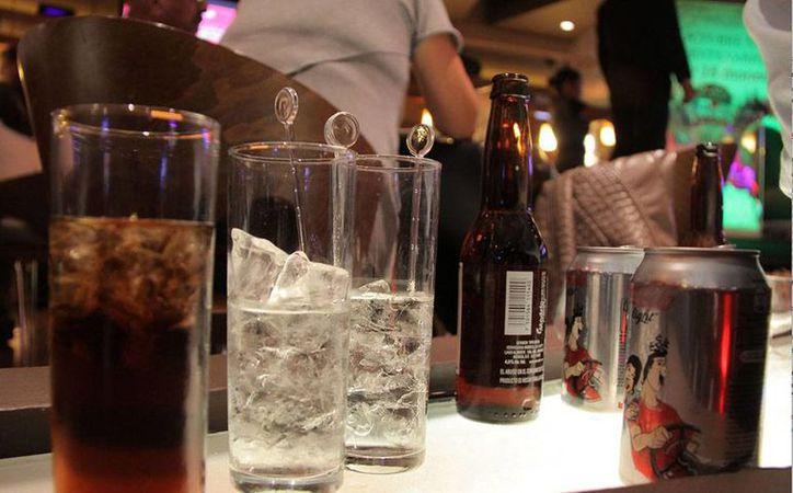 Los cocteles que suelen servirse en algunos bares, discotecas, restaurantes y 'antros' pueden tener efectos adversos en el organismo, advirtió la Cofepris. (Foto de contexto: www.planoinformativo.com)