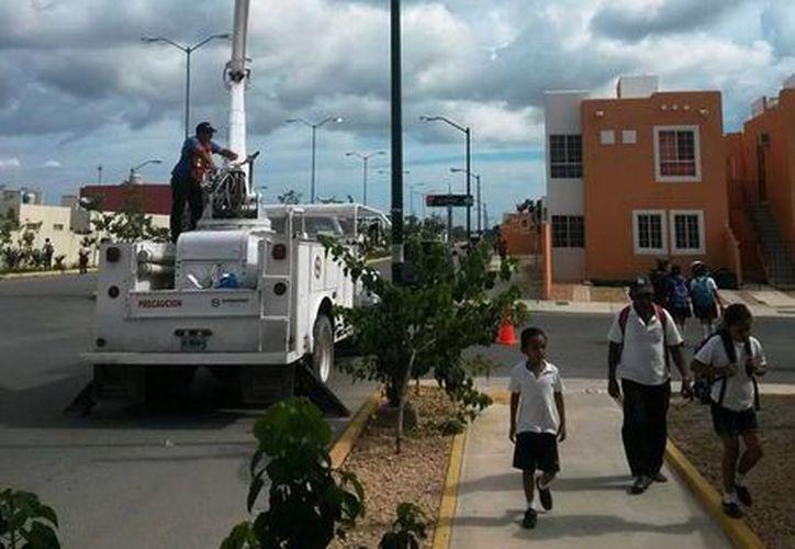 La Dirección de Alumbrado Público mantiene una vigilancia constante en la ciudad para cambiar las luminarias fundidas. (Redacción/SIPSE)