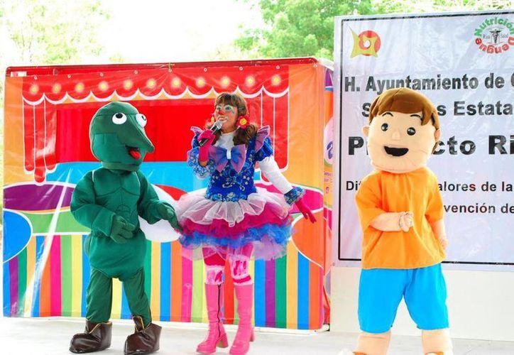 El evento estuvo amenizado por payasos, botargas y marionetas. (Redacción/SIPSE)