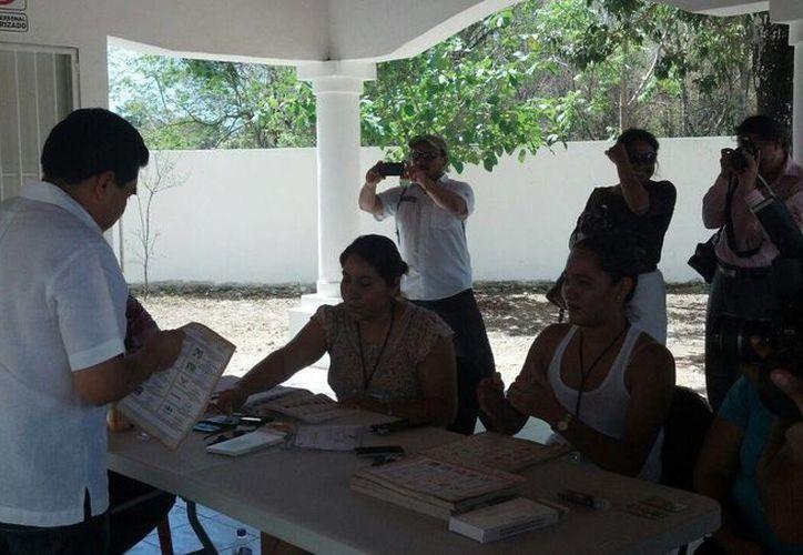 El presidente municipal ejerció su voto en el jardín de niños Tumben Zacil. (Sara Cauich/SIPSE)