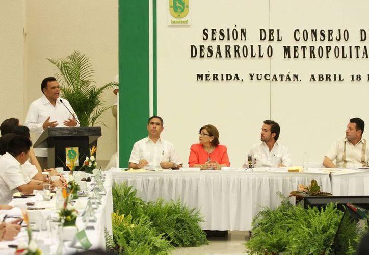 El gobernador Rolando Zapata encabezó el Consejo de Desarrollo Metropolitano del Estado, donde se anunció que la federación invertirá  más de 70 mdp en proyectos urbanos en Mérida. (Cortesía)