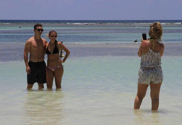 Los visitantes extranjeros cada vez gustan más de los atractivos que ofrecen los diversos destinos, como Bacalar, Mahahual, Calderitas y la propia capital del estado. (Ángel Castilla/SIPSE)