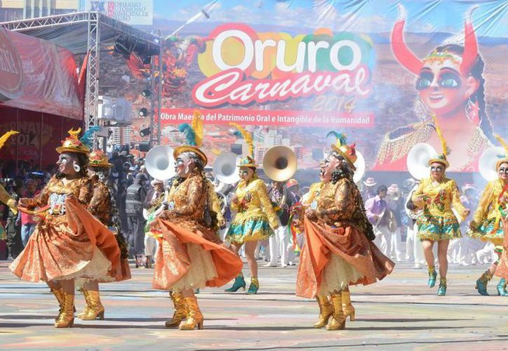 Participantes en el Carnaval de Oruro, en Bolivia. Autoridades ambientalistas impondrán restricciones en cuanto a uso de pieles y plumas animales y derroche de agua. (EFE)