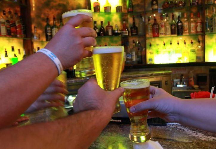 Beber alcohol no sólo causa el doble de oxidación orgánica, sino que genera falta de concentración y malestar general. (Foto de Contexto/todoimagenes.net)