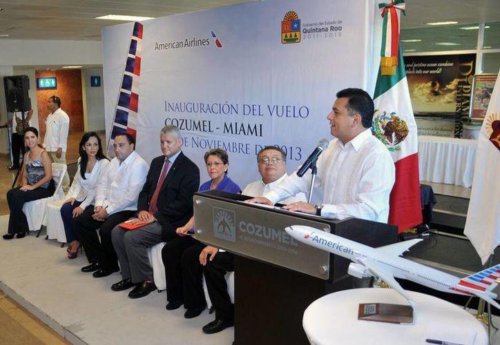 Las autoridades y ejecutivos de la aerolínea durante el evento. (Cortesía/SIPSE)