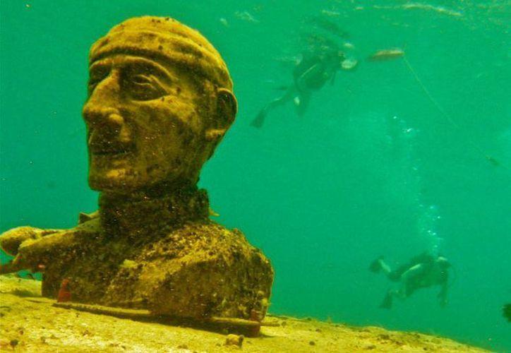 """En 2013 se sumergió un busto de Jacques-Yves Cousteau en el arrecife """"Villablanca"""". (Redacción/SIPSE)"""