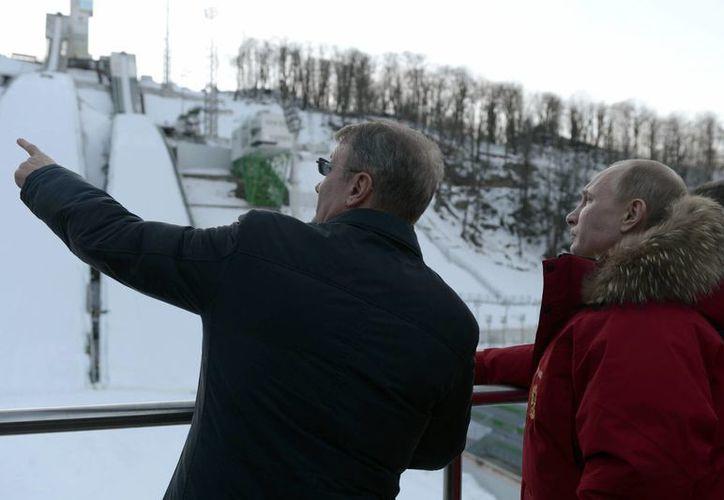 El presidente ruso Vladimir Putin (d) durante una inspección a un complejo de esquí en Krasnaya Polyana, perteneciente a Sochi. (Agencias)