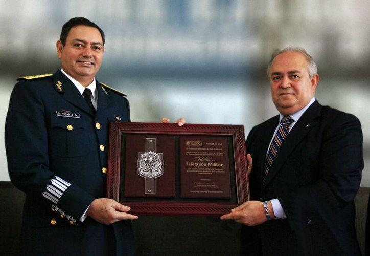El gobernador Guadalupe Osuna agradeció a los Generales Alfonso Duarte Mújica y a Gilberto Landeros Briseño su contribución a las condiciones de seguridad pública que goza el estado. (Notimex)