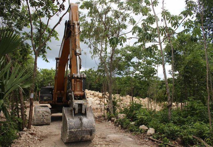 Ayer en la zona del cenote de la colonia El Campestre, no había trabajadores ni representantes de las autoridades.  (Luis Ballesteros/SIPSE)