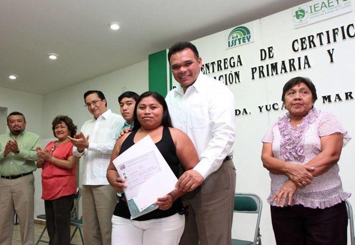 Ayer el Gobernador entregó certificados a 195 personas que acreditaron la educación primaria y secundaria a través del IEAEY. (Cortesía)