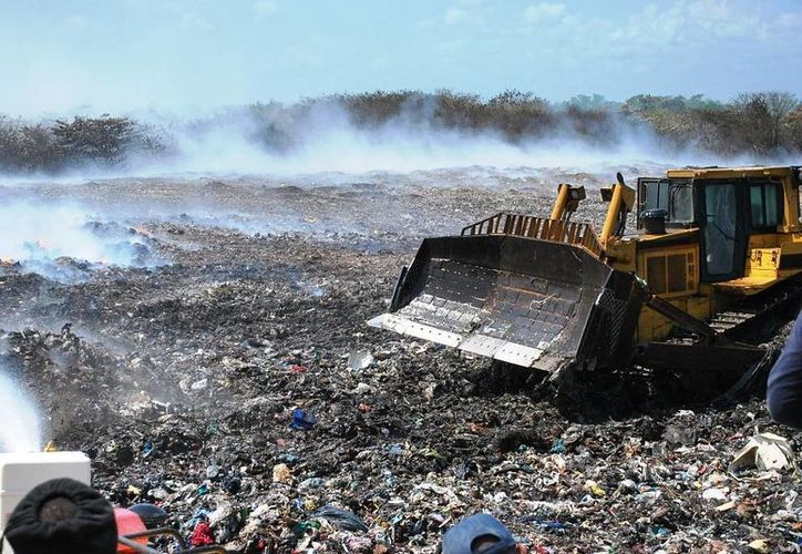 El siniestro del basurero municipal inició durante la madrugada del viernes.  (Harold Alcocer/SIPSE)