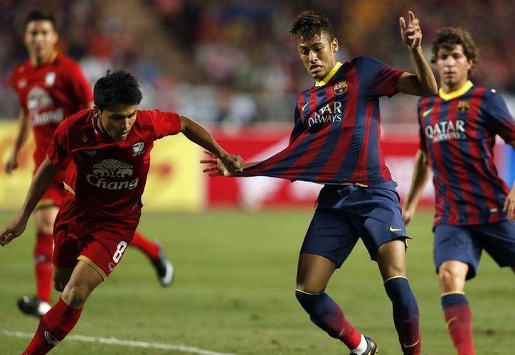 El buen juego de Neymar hizo a los aficionados levantarse de su asiento en más de una ocasión. (Efe)