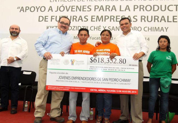 El titular de la Sedatu, Jorge Carlos Ramírez Marín, y el gobernador Rolando Zapata Bello encabezaron la entrega de recursos a jóvenes emprendedores del campo. (Notimex)