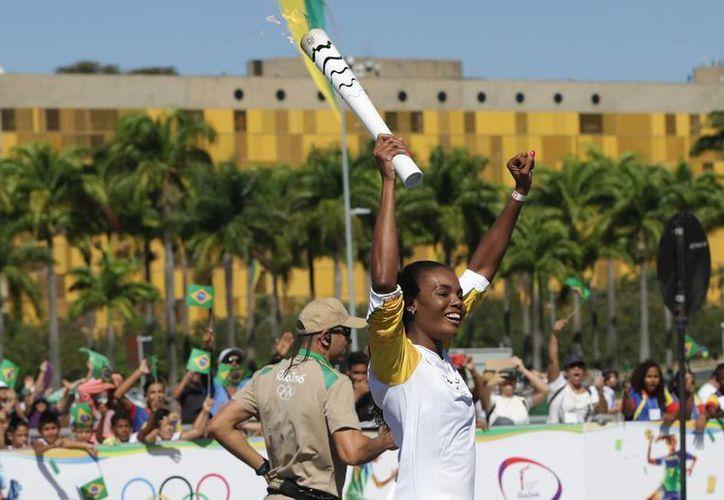 La antorcha con el fuego olímpico ya recorre territorio brasileño, rumbo a Río 2016. En la imagen, la voleibolista Fabiana Claudino. (AP)