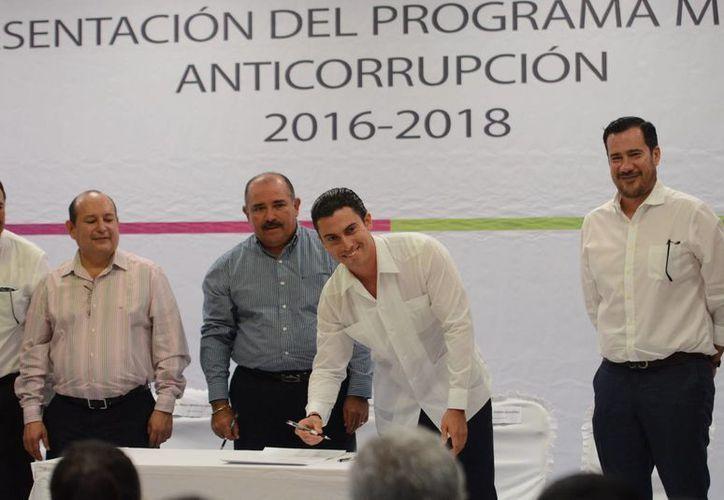 El presidente municipal durante la firma del acuerdo. (Jesús Tijerina/SIPSE)