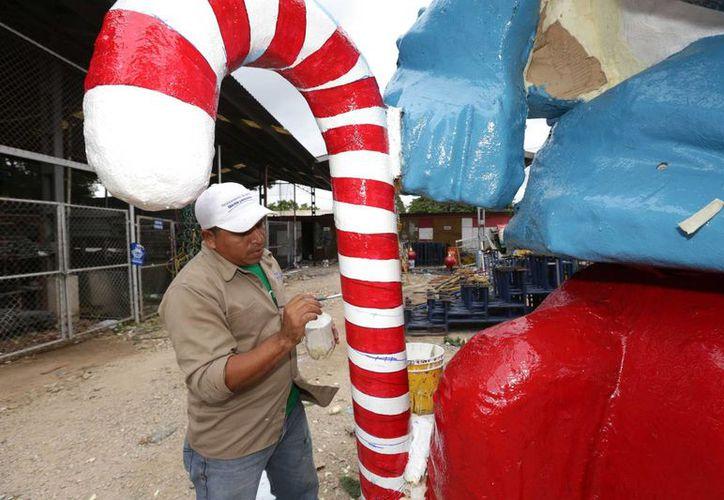 Los adornos navideños se reutilizan para evitar gastos innecesarios y así el Ayuntamiento tiene la opción de utilizar los recursos municipales en cuestiones prioritarias. (SIPSE)