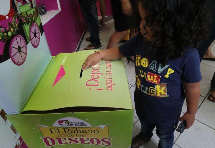 Realizan la carta, le ponen el sello o estampilla postal y luego la depositan en un buzón. (Luis Soto/SIPSE)