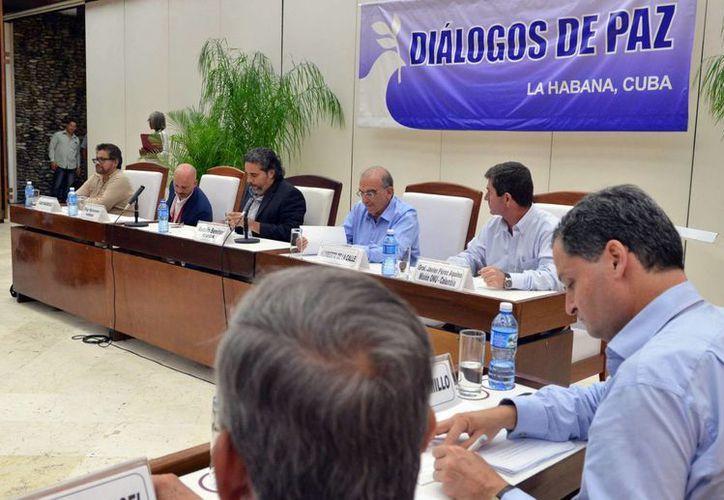 Delegaciones del Gobierno Colombiano, y las FARC firmaron en La Habana, Cuba, los protocolos del acuerdo sobre 'Cese al Fuego y de Hostilidades Bilateral y Definitivo y Dejación de las Armas', el viernes 5 de agosto de 2016. (Notimex)