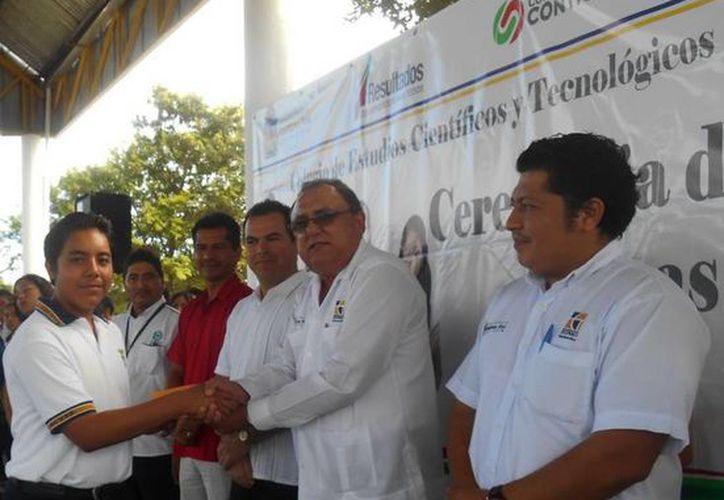 Eduardo José Patrón Azueta, director general del Cecyte plantel Playa del Carmen, entregó las becas. (Redacción/SIPSE)