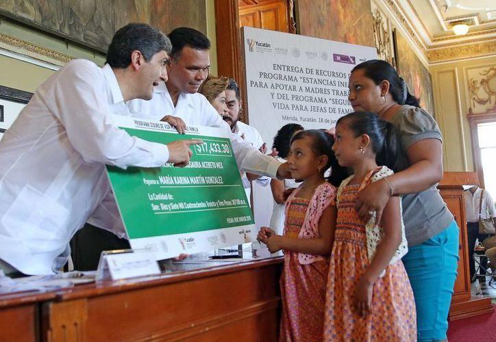 El gobernador entregó recursos para quienes dirigen estancias infantiles. Imagen de archivo. (Milenio Novedades)