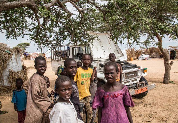 Muchos de los refugiados y desplazados nigerianos y nigerinos que se encuentran en el campamento Assaga son niños. Todos ellos huyen de los extremistas de Boko Haram. (Notimex)